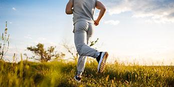 Mann joggt fit